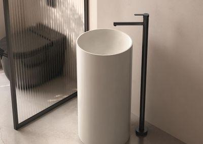 Diseño minimalista de monomando de pie para lavabo Oslo de Genebre
