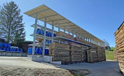 Estantería cantiléver con tejado de OHRA para Nyfeler Holzwaren AG, equilibrio entre este y oeste