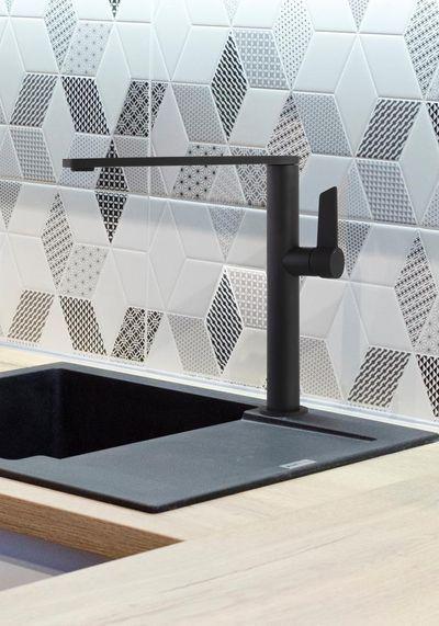 Grifo de cocina con caño alto giratorio de Ramon Soler®, diseño esbelto y líneas minimalistas